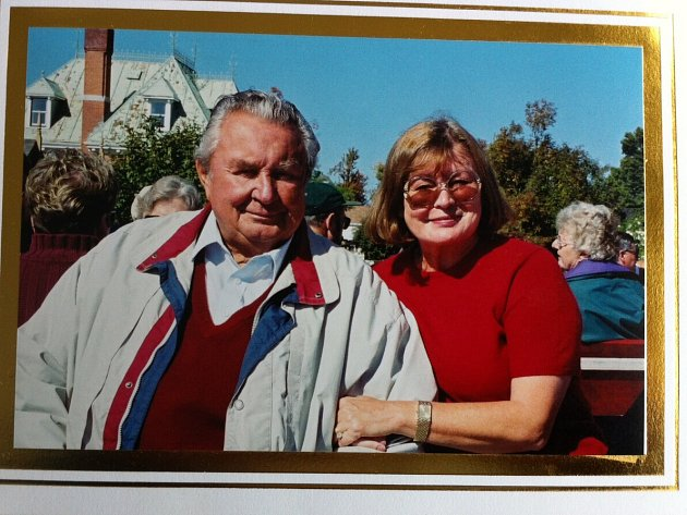 Jan a Alena Mikešovi žili v kanadském Vancouveru. Do Čech poprvé přijeli až na konci roku 1990.