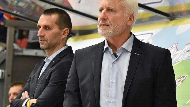 Marian Jelínek (vpravo) na střídačce s Lubošem Robem.