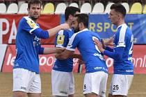 Ve II. lize kopané hrají oba jihočeské celky o tomto víkendu venku: Táborsko už v pátek ód 18 hodin v Ústí nad Labem (na snímku se Jakub Navrátil raduje se svými spoluhráči z gólu proti Vítkovicím), Dynamo v sobotu od 16.30 hodin ve Frýdku-Místku.