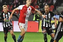 V lize Dynamo oba své zápasy se Slavií prohrálo (na snímku slávistu Součka atakují Patrik Čavoš a Jiří Kladrubský), jak to bude v sobotní přípravě v Praze?
