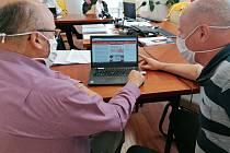Novou podobu webových stránek Českých Budějovic si na snímku prohlížejí primátor Jiří Svoboda (vlevo) a náměstek primátora Viktor Lavička.