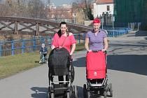 Teplého březnového počasí si v Českých Budějovicích užívaly i maminky Monika Musilová a Lucie Švarcová (zleva). Snímek pochází z pátku 14. března.