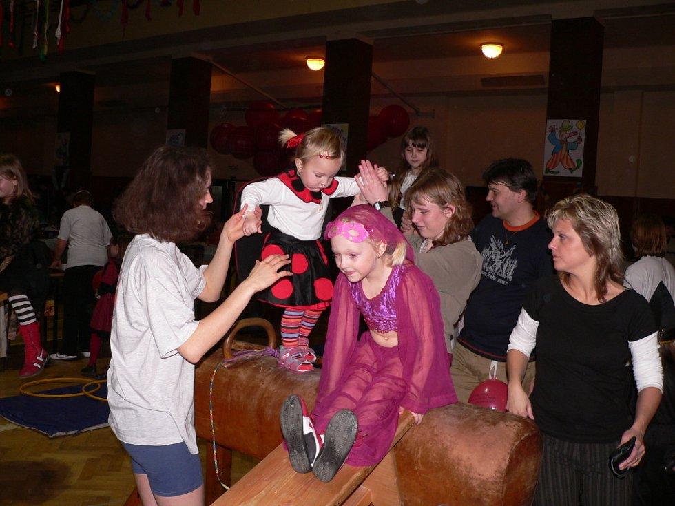 Několik desítek dobrovolníků z řad českobudějovického Sokola připravilo v sobotu pro děti mimo jiné i lavičkovou skluzavku.