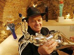 Světoznámý sklář Jiří Šuhájek vystavuje své plastiky, obrazy a kresby ve vltavotýnské městské galerii U Zlatého slunce.