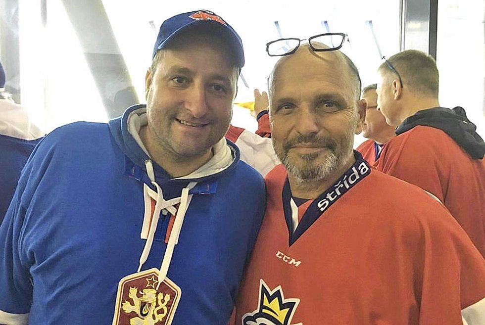 Na šampionátu se potkal David Stibor (vlevo), věrný fanoušek českobudějovického Motoru, s šéfkuchařem Zdeňkem Pohlreichem (vpravo).