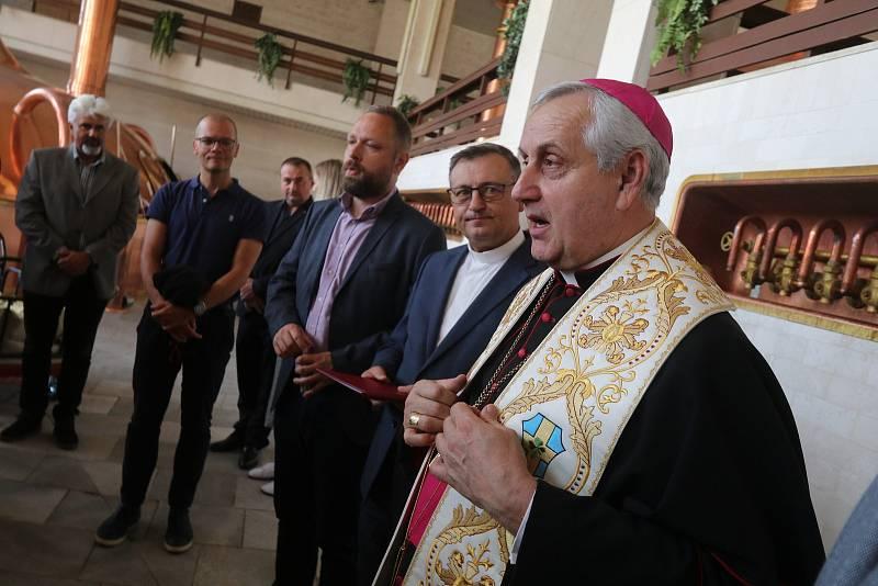 Svěcení papežského ležáku v českobudějovickém Budvaru se tradičně ujal biskup Vlastimil Kročil.