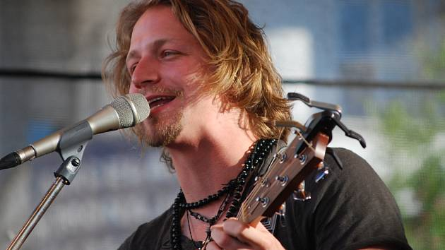 Hlavní hvězdou Footfestu v Želči u Tábora bude v sobotu od 15 hodin písničkář Tomáš Klus.