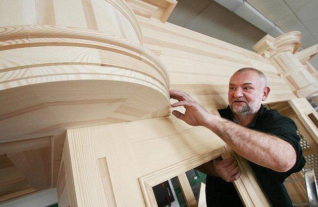 Pětapadesátiletý Vladimír Šlajch z Borovan se živí jako varhanář. Ve své dílně právě vyrábí dosud největší nástroj, který by měl po dokončení putovat do Svaté Hory u Příbrami.