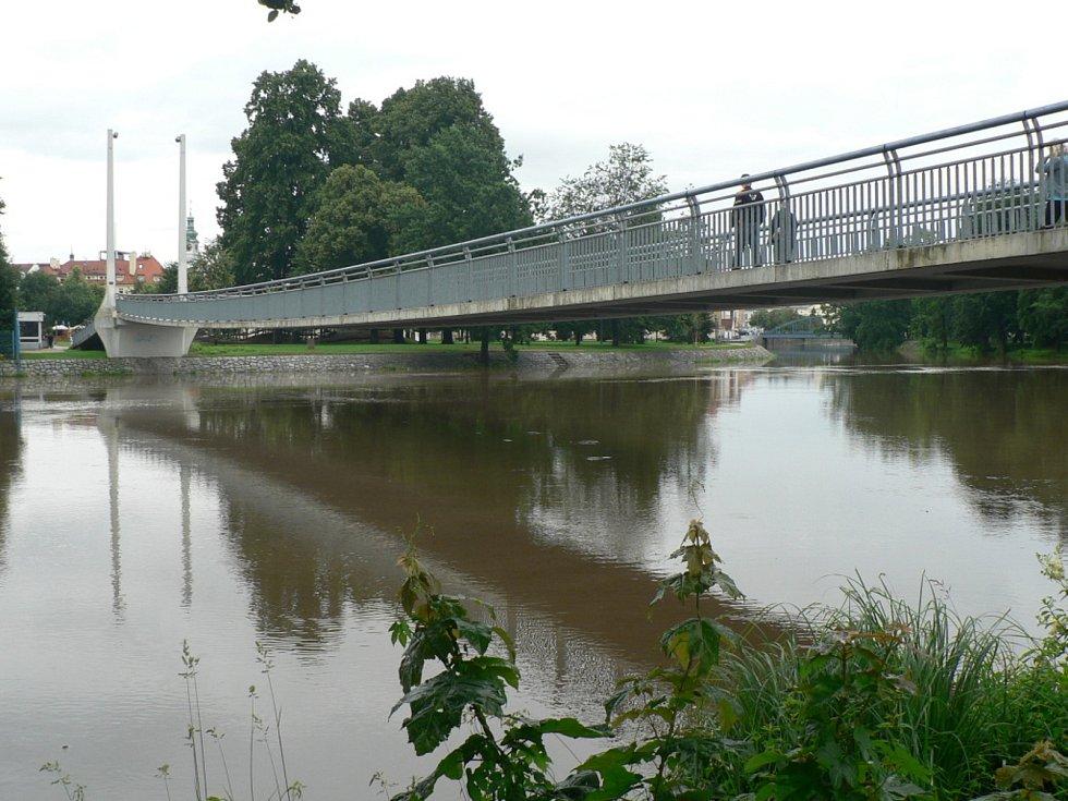 Zvýšená hladina Vltavy v Českých Budějovicích. Soutok s Malší u Sokolského ostrova.
