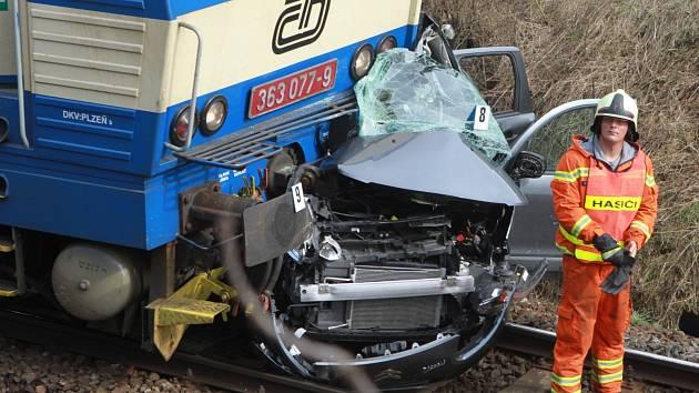 Na archivním snímku  z dubna 2011 je nehoda osobního auta na přejezdu v Horusicích.