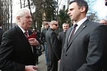Loni v únoru se odehrála první návštěva Miloše Zemana na jihu Čech v roli prezidenta země. Před sídlem krajského úřadu ho vítal jihočeský hejtman Jiří Zimola.
