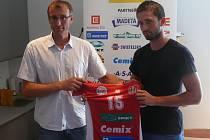 Na úterní tiskové konferenci představil Jihostroj jednu z nových tváří. Posilou klubu se stal Jan Kuliha (vpravo), kterému předal dres manažer Stanislav Pochop.