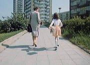 Otavská ulice na sídlišti v Písku. Zdena Hadrbolcová a Žaneta Fuchsová se vracejí do nemocnice. Hanka už má na sobě nové šaty.