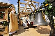 U sousedů dostali šest nových zvonů.