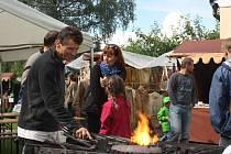 Na Kovářských slavnostech v Buškově hamru bude k vidění nejen černé řemeslo, ale i pohádky a koncerty.