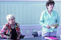 Po vyhlášení výsledků se diskutovalo o další spolupráci mezi zástupci supermarketů a seniory. Na snímku zleva náměstkyně jihočeského hejtmana Ivana Stráská a Blažena Frcalová z budějovické Seniorské občanské společnosti.