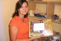 Eva Benešová z Diecézní charity ČB s dary pro africké děti.