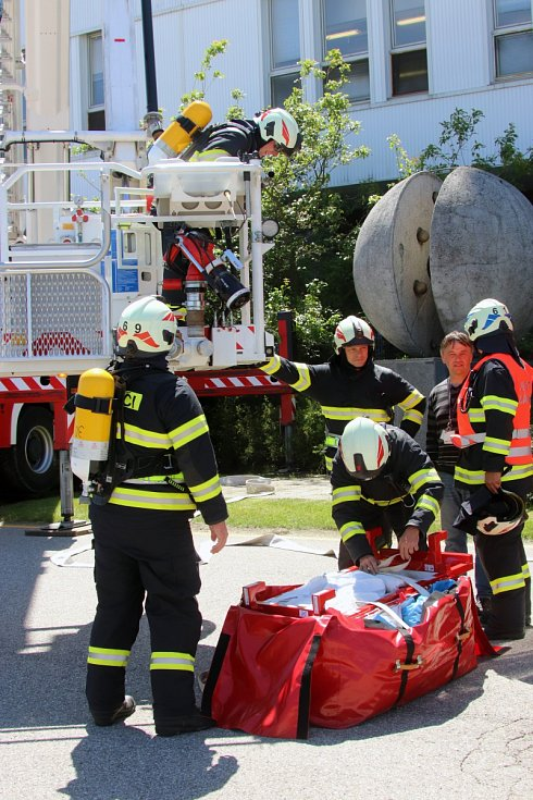 Hasiči trénovali evakuaci osob z nejvyšší administrativní budovu v komplexu Jaderné elektrárny Temelín za pomoci evakučního rukávu.