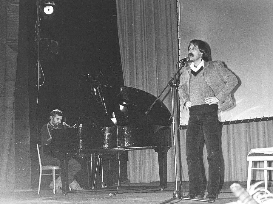 Jan Burian a Jiří Dědeček vydávají své první a poslední společné album. Na šesti CD shrnuje jejich hraní z let 1974 - 1985, hraní s Magdou Křížkovou, Jiřím Suchým, neznámé nahrávky i koncert na Večeru rozpadlých dvojic v předvečer listopadové revoluce.