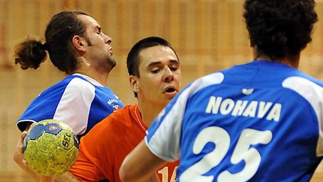 Dvojice třeboňských obránců Nohava - Mlsna (zprava) brání frýdeckomísteckého  Dybu.