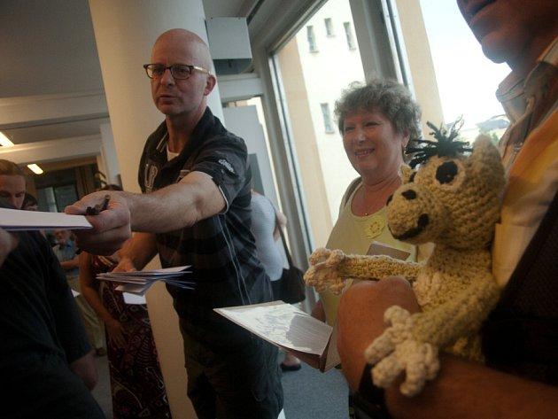 Stan da Kahuda, který zaujal v 90. letech albem Zlatý prase, se po dlouhé době představuje výstavou Z komára velbloud v českobudějovické Galerii Nahoře. Vpravo Kahudův maskot, opička Pupína.