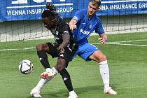 Fotbalisté Dynama hráli v neděli v lize s Libercem. Na snímku domácí Fortune Bassey bojuje s Natějem Chalušem.