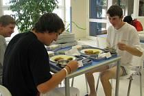Vylepšený jídelníček mají pacienti českobudějovické nemocnice. Jak včera potvrdil Pavel Prosr (na snímku vpravo), pestřejší večeře marodům chutnají.