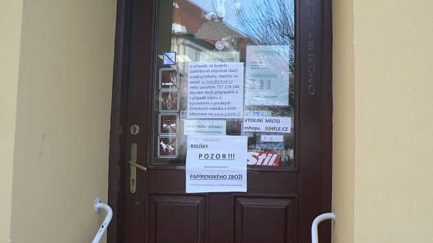 Mnohé obchody musejí mít uzavřeno. Část má zaveden výdej na objednávku, většina obchodníků ale čeká na uvolnění vládních opatření. Ilustrační snímek.