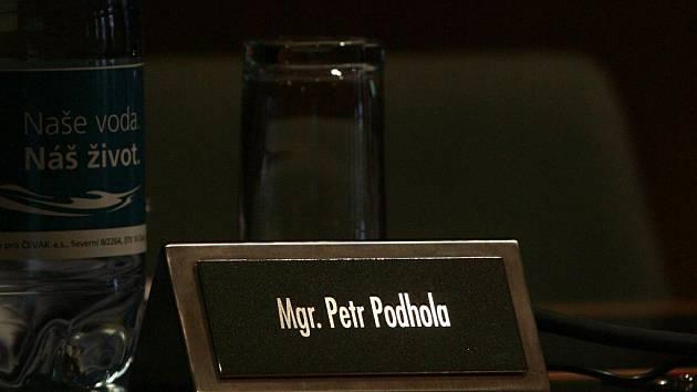 Náměstek Petr Podhola se z jednání zastupitelstva omluvil.
