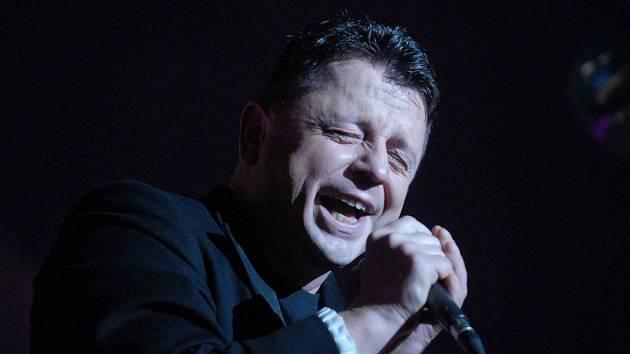 Petr Muk (*4. února 1965, Český Krumlov, † 24. května 2010, Praha). Proslavil se v kapelách Oceán a Shalom. Nazpíval hity Stín katedrál či Bonsoir, mademoiselle Paris. Na snímku z roku 2007 na akci Brno Girl.