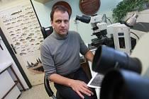 Profesor Tomáš Scholz ve své laboratoři.