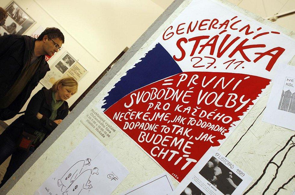 Fotografie ze sametové revoluce v Českých Budějovicích si lze prohlédnout v českobudějovické radniční výstavní síni.