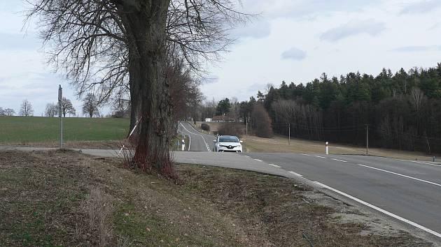 Napojení místní komunikace z Adamova na hlavní silnici Rudolfov - Lišov.