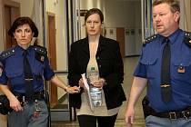 Hana Pospíšilová vstupuje do jednací síně krajského soudu.