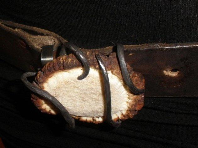 Mirka Kabešová vyrábí šperky zparoží.
