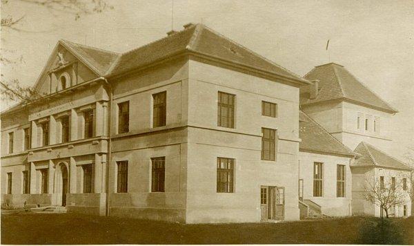 Sokolovna vTýně nad Vltavou vdobě dokončení.