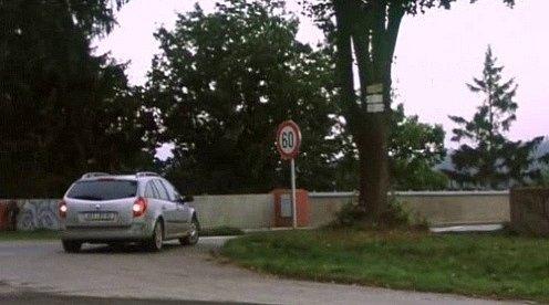 Renault téměř vjel na most, ale zabrzdil a couvá na parkoviště.
