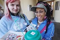 Na čtyři desítky dobrovolníků se v úterý zapojily do dobročinné velikonoční sbírky organizace ADRA. Na snímku jsou Vendula Moková (vlevo) a Veronika Marková.