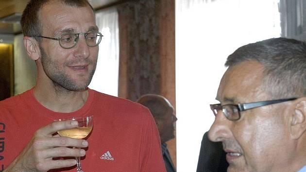 Bývalý kapitán reprezentace a Jihostroje Stanislav Pochop (vlevo s bývalým hokejistou Jaroslavem Pouzarem) bude nyní asistentem trenéra Broma a skautem