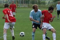 Záložník Jan Rezek se v duelu s Olešnicí vrátil po zranění do sestavy Ševětína a dal pěkný druhý gól. Na snímku mezi Lechnerem (vlevo) a kapitánem hostů Kačírkem.