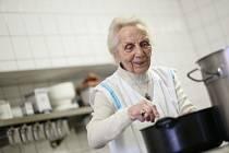 Paní Fřieda pomáhá v hospodě i v 98 letech.