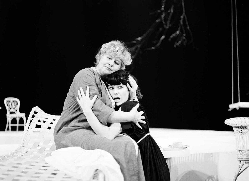 Hana Bauerová a Daniela Bambasová, Antigona, 1985.