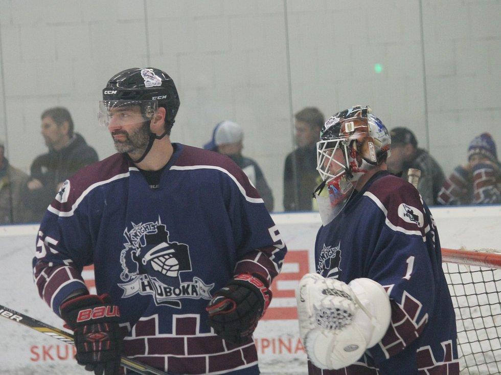 Veterán v obraně Hluboké Petr Bělohlav, jenž byl v sezoně 2005-2006 kapitánem mistra krajské ligy (a týmu HC Knights kapitánoval ještě řadu let), se chystá na finále krajské ligy. Na fotografii s brankářem Františkem Daškem.