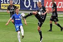 Ondřej Mihálik v souboji s libereckým Faškem: Dynamo - Liberec 1:0.