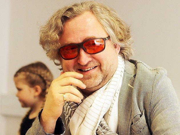Režisér Jan Hřebejk představil svůj nový film Rodinný přítel včeskobudějovickém multikině Cinestar. Po předpremiéře promluvil sdiváky a spolu sním imalí představitelé dětských rolí.
