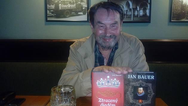 Jan Bauer a jeho poslední dvě knihy. Už mu vyšlo dvě stě titulů.