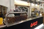 Lidé z jihu Čech také milují zlatavý mok. Ačkoliv je však lokálním výrobcem Budějovický Budvar, kterému holdují v restauracích, online nakupují více Plzeň.