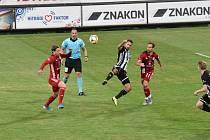 Fotbalisté Dynama ve středečním utkání 27. kola I. ligy porazili Olomouc 2:0. Na snímku  Patrik Brandner mezi dvěma hráči hostí.