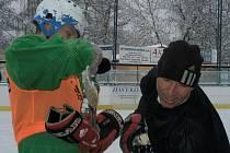Přerušení hry Zdeněk Ondrášek i trenér Jaroslav Šilhavý při hokeji na Hluboké využívají k načerpání nových sil.
