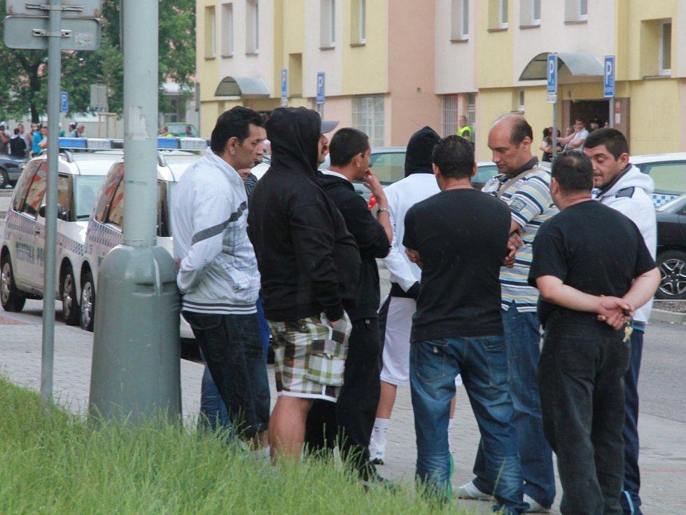 V očekávání postávají na Máji i skupinky Romů.